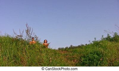 dziewczyna, mały, pieszy, łąka, rodzina