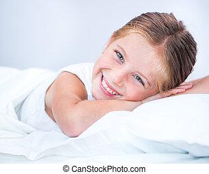 dziewczyna, mały, uśmiechanie się, łóżko