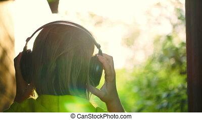 dziewczyna, na wolnym powietrzu, muzykować słuchanie, słuchawki