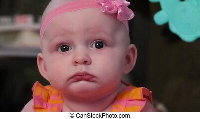 dziewczyna, niemowlę, sprytny, uśmiecha się, spojrzenia