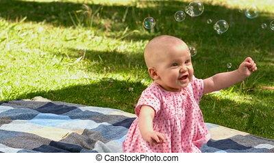 dziewczyna niemowlęcia, interpretacja, bańki