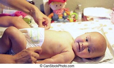 dziewczyna niemowlęcia, mały, chodzi, mamusia
