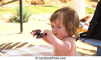 dziewczyna niemowlęcia, siła robocza, sunglasses, posiedzenie