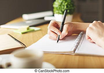 dziewczyna, notatnik, machinalnie kreślący