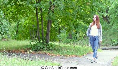 dziewczyna, park, przechadzki