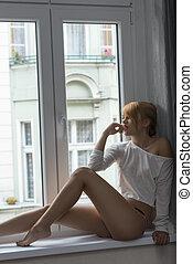 dziewczyna, posiedzenie, okno, uroczy