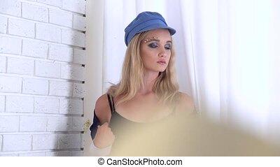 dziewczyna, przedstawianie, przed, przedimek określony przed rzeczownikami, cameras, w, niejaki, biały, studio., closeup., powolny ruch