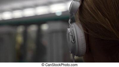 dziewczyna, słuchająca muzyka, w, metro