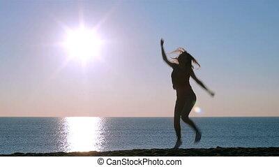 dziewczyna, skokowy, plaża, wschód słońca, szczęśliwy