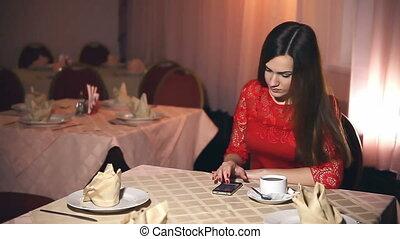 dziewczyna, smartphone, posiedzenie, kawiarnia, mówiąc