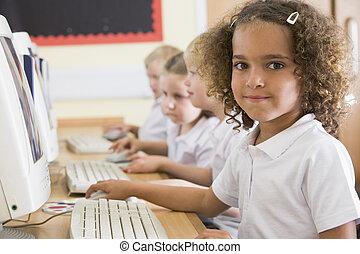 dziewczyna, szkoła, komputer, główny, pracujący