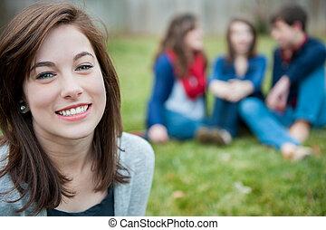dziewczyna uśmiechnięta, przyjaciele, młody, tło