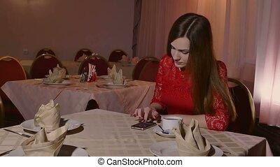 dziewczyna, video, smartphone, posiedzenie, kawiarnia, 4k