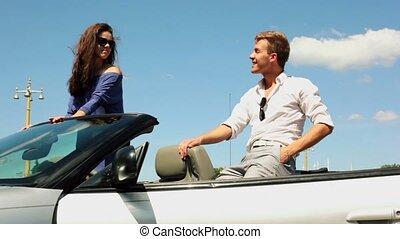 dziewczyna, w, sunglasses, stać, w, kabriolet, sympatia, pozować, blisko