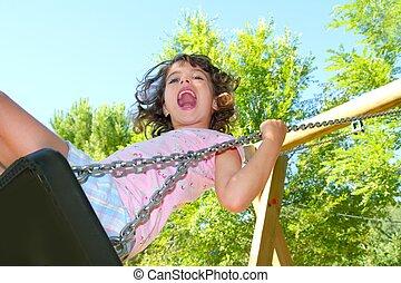 dziewczyna wahadłowa, huśtać się, w, na wolnym powietrzu, park, natura