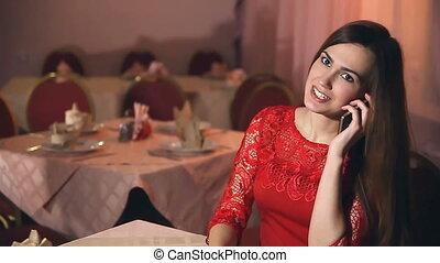 dziewczyna, wieczorny, posiedzenie, smartphone, kobieta, kawiarnia, mówiąc