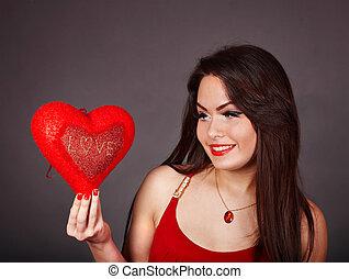 dziewczyna, z, czerwone serce, na, szary, tło.