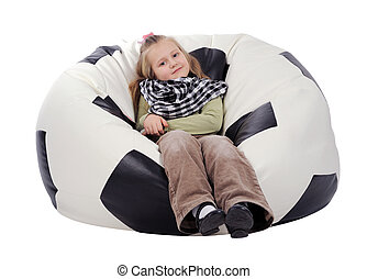 dziewczyna, z, długi, blondyneczka włos, posiedzenie, na, na, inflatable krzesło, w, przedimek określony przed rzeczownikami, kształt, od, niejaki, piłka do gry w nogę, odizolowany, na, niejaki, białe tło