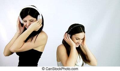dziewczyny, muzyka, dwa, słuchający, taniec