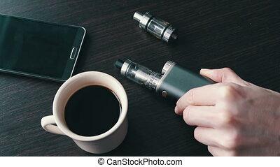 e-cigarette, élégant, homme affaires, table