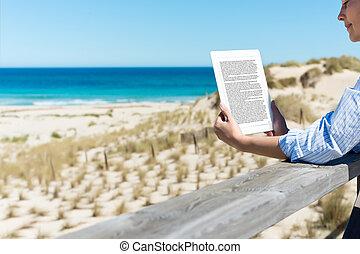 e-reader, vrouw, strand, lezende , omheining