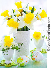 narcissi in vase and eggcups - Easter decoration: narcissi ...