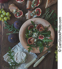 Easy diet salad with arugula, figs and blue cheese
