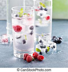 eau étincelant, à, baie, et, aromate, glace