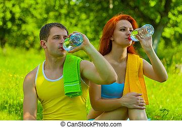 eau, boire, hommes, bouteilles, femme
