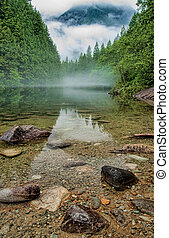 eau claire, à, brumeux, montagne