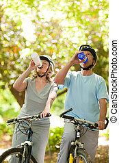 eau, couples aînés, boire