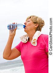 eau, femme aînée, boire