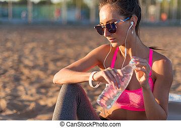 eau, femme, athlète, après, boire, fitness, résoudre, beau