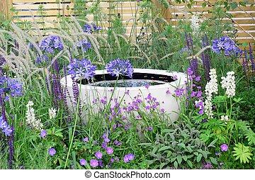 eau, fleurs pourpres, caractéristique