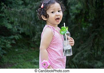 eau, girl, enfantqui commence à marcher, bouteille