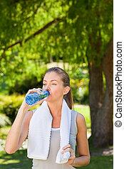 eau, gymnase, femme, boire, après