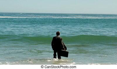 eau, homme affaires, marche