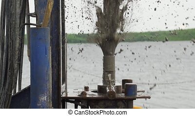 eau, lent, boueux, tuyau, forage, jets, mouvement