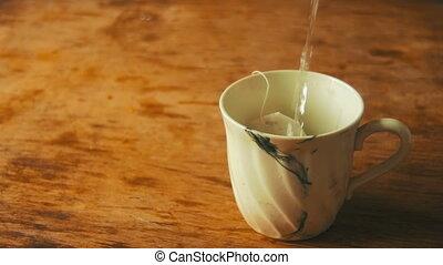 eau, lent, tasse, thé, mouvement, ébullition, versé