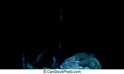 eau, lent, verre, mouvement, arrière-plan., versé, noir, transparent