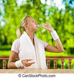 eau, petit, girl, buvant bouteille