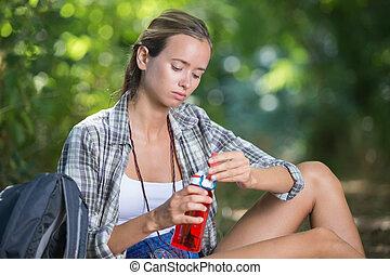 eau, randonneur, boire, forêt, femme