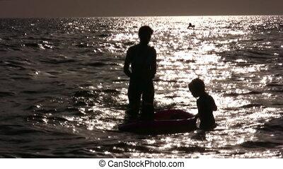 eau, silhouette, enfants, mère