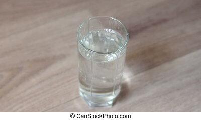 eau, verser, femme, gros plan, bois, table., verre