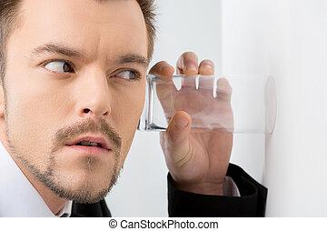 eavesdropping., közelkép, kilesés, formalwear, ember