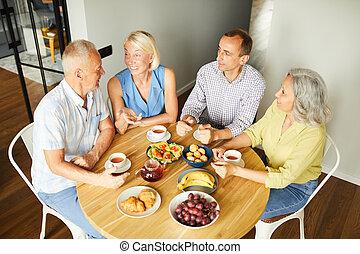 ebédel, élvez, barátok, érett, otthon