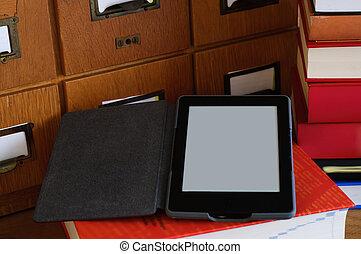 ebook, lector, en, un, biblioteca, -, nueva tecnología, concepto