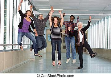 eccitato, multiethnic, università, studenti, saltare