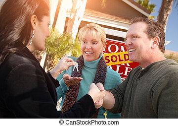 echte, handing, paar, landgoed, sleutels, woning, op, verkoop, agent, meldingsbord, spaans, vrouwlijk, voorkant, nieuw, sold, vrolijke