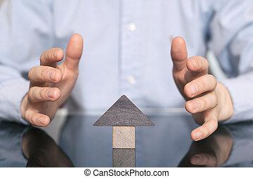 echte, speelbal, bescherming, houten huis, landgoed, bescherming, concept, hands., huisvesting, thuis, het verkopen, beschermd, huur, aankoop